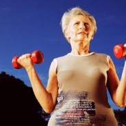 photo older woman holding free weights